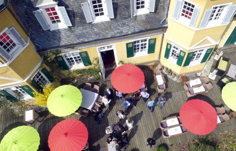 Große Terrasse mit schönen Möbeln und Schirmen